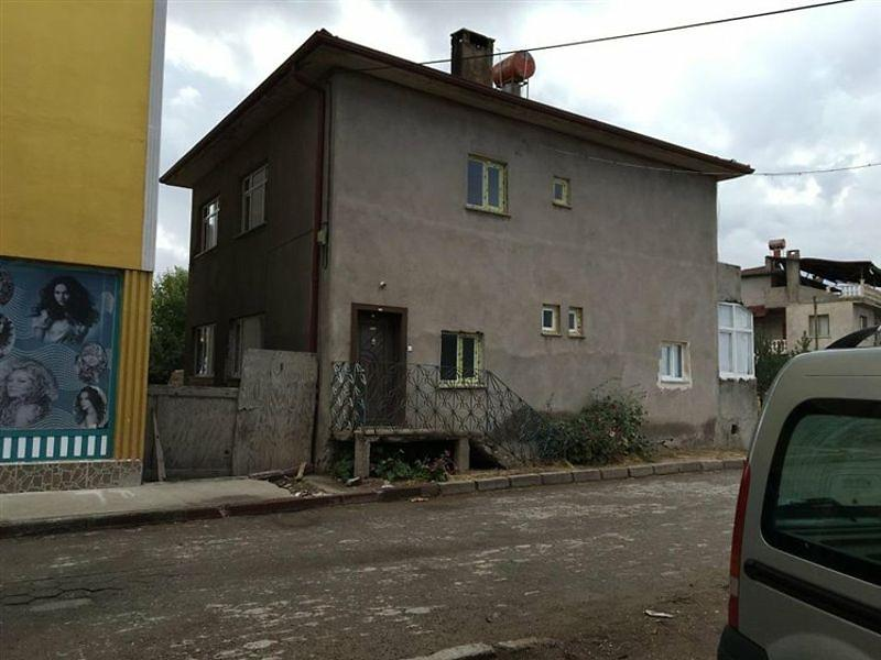 Sivas Kangal'da İki Katlı Ev ve Ahır