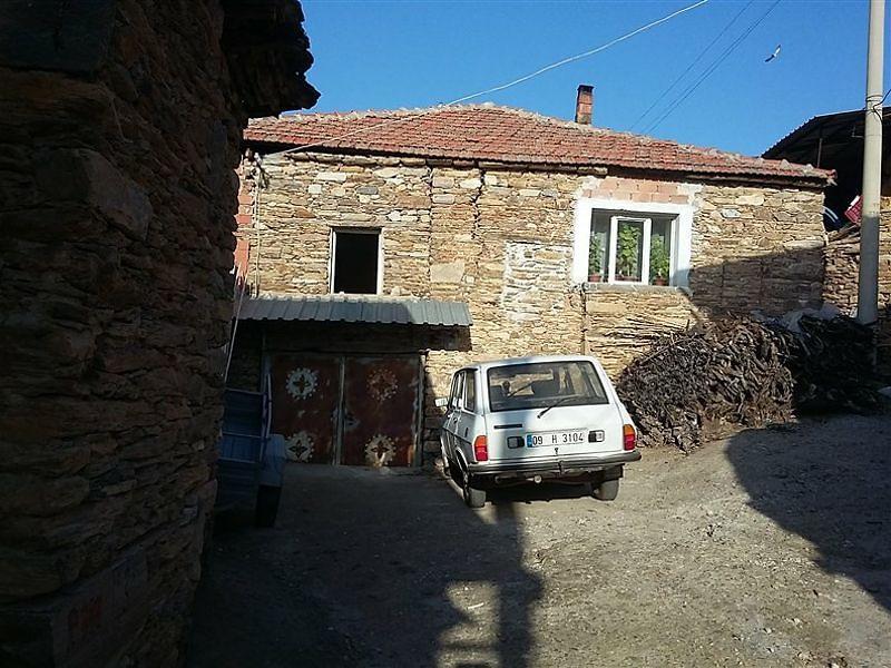 Aydın Karacasu'da Arsa ve 2 Katlı Kargir Ev