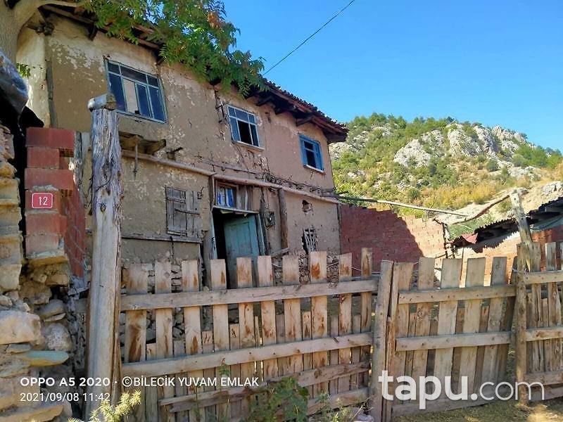 Bilecik Merkez Selbükü Mahallesi'nde 134 m2 Avlulu Ev Ahır ve Bahçe
